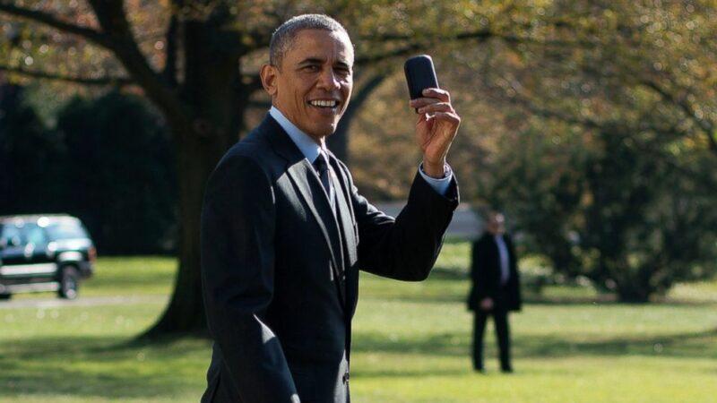 Obama aachana na Blackberry yake, akamata simu janja nyingine!